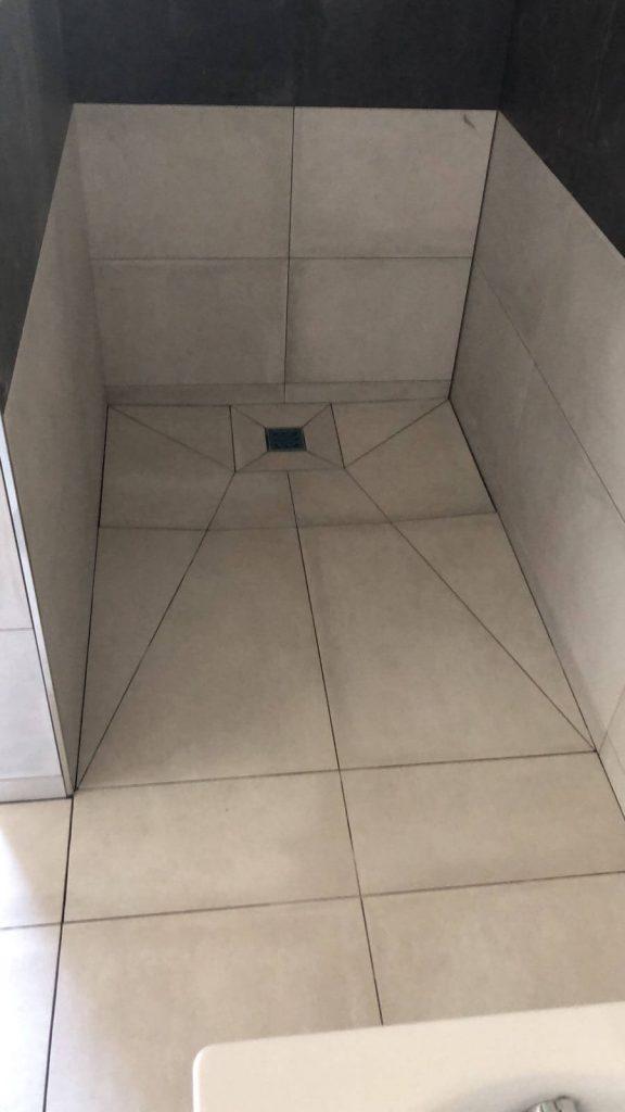 Duschkabiene mit Fliesen